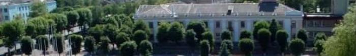 Город Коростень (древнее название - Искоростень) расположено на древних скалах вдоль живописной реки Уж, притока Припяти, за 87 км севернее Житомира, 60 км от границы с республикой Беларусь и в 150 км от столицы Украины Киева. Население составляет 6. Фото  5