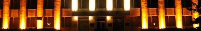 Город Коростень (древнее название - Искоростень) расположено на древних скалах вдоль живописной реки Уж, притока Припяти, за 87 км севернее Житомира, 60 км от границы с республикой Беларусь и в 150 км от столицы Украины Киева. Население составляет 6. Фото  1