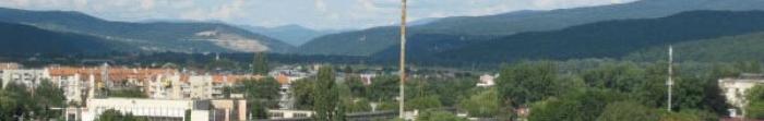 Рубежное расположен на берегу реки Северский Донец на расстоянии 125 км от Луганска. Название города пошло от основанного полковником донских казаков посту Рубеж на берегу реки 1730 года. Город же основали в 1895 году в связи со строительством желез. Фото  3
